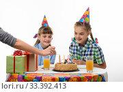 Купить «Рука мамы поджигает свечки на торте на дне рождения», фото № 33392413, снято 9 марта 2020 г. (c) Иванов Алексей / Фотобанк Лори
