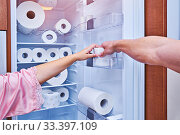 Female and male hand grab hold of last toilet paper roll. Стоковое фото, фотограф Kira_Yan / Фотобанк Лори