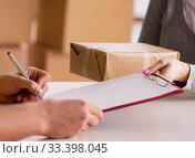 Купить «Delivery man delivering parcel box», фото № 33398045, снято 1 ноября 2016 г. (c) Elnur / Фотобанк Лори