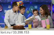 Двое мальчиков поздравляют маму и младенца с праздником дня рождения и дарят подарки. Стоковое видео, видеограф Иванов Алексей / Фотобанк Лори