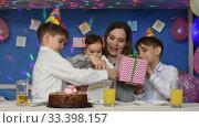Дети поздравляют годовалую девочку с снем рождения и дарят подарки. Стоковое видео, видеограф Иванов Алексей / Фотобанк Лори