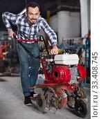Smiling guy gas plow for work. Стоковое фото, фотограф Яков Филимонов / Фотобанк Лори