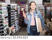 Купить «Teen girl holding supplies for painting in hands in art department», фото № 33410021, снято 12 апреля 2017 г. (c) Яков Филимонов / Фотобанк Лори