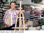 Female customer un art shop. Стоковое фото, фотограф Яков Филимонов / Фотобанк Лори