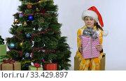Девочка взяла коробку из под елки и начала сдувать пылинки. Стоковое видео, видеограф Иванов Алексей / Фотобанк Лори