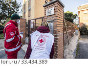 Купить «Volunteers of Italian Red Cross during the home delivery service of groceries and medicines to persons alone and unable to move ,Rome, ITALY-24-03-2020.», фото № 33434389, снято 24 марта 2020 г. (c) age Fotostock / Фотобанк Лори