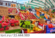 Market stall with fruits and vegetables. Редакционное фото, фотограф Роман Сигаев / Фотобанк Лори