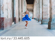 Купить «Tourist girl in popular area in Havana, Cuba.», фото № 33445605, снято 13 апреля 2017 г. (c) Дмитрий Травников / Фотобанк Лори