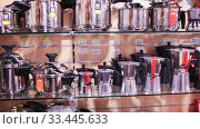 Купить «Large assortment of stainless steel pans and other kitchen utensils for sale in household store», видеоролик № 33445633, снято 22 октября 2019 г. (c) Яков Филимонов / Фотобанк Лори