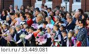 Купить «first graders with their parents are on the line at school», видеоролик № 33449081, снято 25 ноября 2019 г. (c) Aleksandr Sulimov / Фотобанк Лори