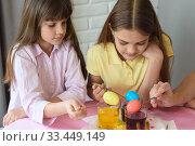 Купить «Дети окрашивают яйца в специальном красителе в стаканах», фото № 33449149, снято 28 марта 2020 г. (c) Иванов Алексей / Фотобанк Лори