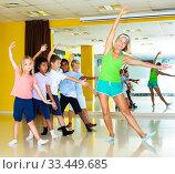 Tweens training movements of modern dance. Стоковое фото, фотограф Яков Филимонов / Фотобанк Лори