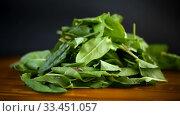 Fresh cut sorrel leaves on a wooden table. Стоковое видео, видеограф Peredniankina / Фотобанк Лори
