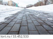 Купить «A pedestrian sidewalk with paving slabs poorly cleared of snow and ice in the city.», фото № 33452533, снято 4 февраля 2020 г. (c) Акиньшин Владимир / Фотобанк Лори