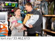 Father and son with dog buying vet food in petshop. Стоковое фото, фотограф Яков Филимонов / Фотобанк Лори
