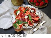 Купить «Салат с красными апельсинами,сыром и рукколой», фото № 33462881, снято 30 марта 2020 г. (c) Марина Володько / Фотобанк Лори