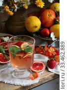 Купить «Натюрморт с коктейлем с красными апельсинами», фото № 33462889, снято 30 марта 2020 г. (c) Марина Володько / Фотобанк Лори