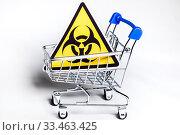 Знак биологической опасности в магазинной тележке на белом фоне. Стоковое фото, фотограф Николай Винокуров / Фотобанк Лори