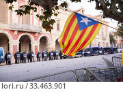 Catalan Pro-independent flag, called estelada, waving infront of the catalan parliament during a demonstration. Стоковое фото, фотограф Jordi Salas / age Fotostock / Фотобанк Лори