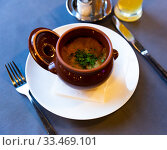 Купить «Clay pot with Fried beef in sour cream sauce with potato pancakes. Belarus cuisine», фото № 33469101, снято 30 мая 2020 г. (c) Яков Филимонов / Фотобанк Лори