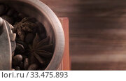 Ретро кофемолка с зернами кофе, палочками корицы и бадьяном на деревянной поверхности. Стоковое видео, видеограф Артем Шутов / Фотобанк Лори