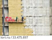 Купить «Тепловая изоляция жилого дома. Москва. Россия», фото № 33475897, снято 2 апреля 2020 г. (c) E. O. / Фотобанк Лори