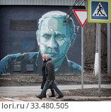 Купить «Балашиха, пешеходы и Путин в дни Коронавирусной инфекции», эксклюзивное фото № 33480505, снято 3 апреля 2020 г. (c) Дмитрий Неумоин / Фотобанк Лори