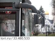 Купить «Водитель автобуса в маске в дни пандемии Коронавируса COVID-19», эксклюзивное фото № 33480533, снято 3 апреля 2020 г. (c) Дмитрий Неумоин / Фотобанк Лори