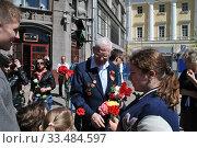 Купить «Поздравление ветерана Великой Отечественной войны на Театральной площади в День Победы 9 Мая в Москве», эксклюзивное фото № 33484597, снято 9 мая 2014 г. (c) lana1501 / Фотобанк Лори