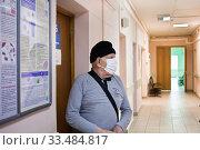 Купить «Пожилой пациент в поликлинике в маске», фото № 33484817, снято 2 апреля 2020 г. (c) Victoria Demidova / Фотобанк Лори