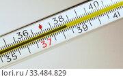 Купить «Ртуть в классическом градуснике поднимается по шкале, показывая высокую температуру», видеоролик № 33484829, снято 2 апреля 2020 г. (c) Sergei Gorin / Фотобанк Лори