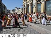 Купить «Кришнаиты танцуют на улице во время праздника День Победы,  9 Мая 2014, Кузнецкий Мост, Москва», эксклюзивное фото № 33484901, снято 9 мая 2014 г. (c) lana1501 / Фотобанк Лори