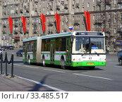 Автобус на рейсе. Кутузовский проспект. Район Дорогомилово. Город Москва (2011 год). Редакционное фото, фотограф lana1501 / Фотобанк Лори