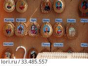 Купить «Торговля именными иконами в оправе из бересты», эксклюзивное фото № 33485557, снято 9 мая 2010 г. (c) lana1501 / Фотобанк Лори