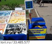 Купить «Торговля жевательным мармеладом с лотка на улице (сомообслуживание)», эксклюзивное фото № 33485577, снято 9 мая 2010 г. (c) lana1501 / Фотобанк Лори
