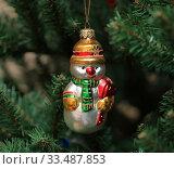 Елочная игрушка. Снеговик с мешком подарков. Стоковое фото, фотограф Denis Kh. / Фотобанк Лори