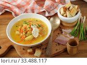 Гороховый суп с перцовкой и сухарями. Стоковое фото, фотограф Марина Володько / Фотобанк Лори