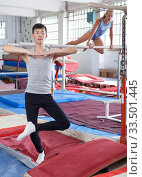 Athletics couple in gym. Стоковое фото, фотограф Яков Филимонов / Фотобанк Лори