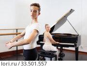 Купить «Female choreographer teaches young dancer in ballet studio», фото № 33501557, снято 26 апреля 2019 г. (c) Яков Филимонов / Фотобанк Лори