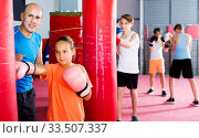 Купить «Girl with boxing gloves posing in defended stance», фото № 33507337, снято 12 апреля 2017 г. (c) Яков Филимонов / Фотобанк Лори