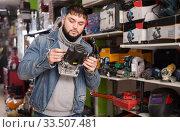 Man chooses wood router in store. Стоковое фото, фотограф Яков Филимонов / Фотобанк Лори