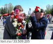 Купить «Поздравление ветерана Великой Отечественной войны во время праздника Победы 9 мая на Поклонной горе в Москве», эксклюзивное фото № 33509205, снято 9 мая 2011 г. (c) lana1501 / Фотобанк Лори