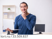 Young male it specialist working in the office. Стоковое фото, фотограф Elnur / Фотобанк Лори