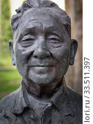 Bust of Deng Xiaoping by Chinese sculptor Li Xiangqun in gardens of the Asian Civilisations Museum, Singapore. Deng Xiaoping, 1904 - 1997, Chinese politician... (2015 год). Редакционное фото, фотограф Ken Welsh / age Fotostock / Фотобанк Лори
