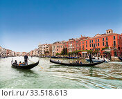 The Grand canal and gondolas with tourists, Venice, Italy (2017 год). Редакционное фото, фотограф Наталья Волкова / Фотобанк Лори