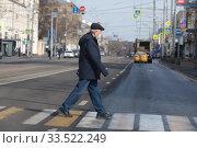 Москва мужчина в защитной маске в дни самоизоляции при Коронавирусной инфекции COVID-19. Редакционное фото, фотограф Дмитрий Неумоин / Фотобанк Лори