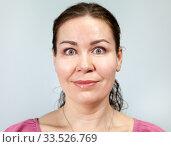 Взрослая женщина с улыбкой и широко раскрытыми глазами. Стоковое фото, фотограф Кекяляйнен Андрей / Фотобанк Лори