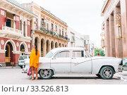 Купить «Tourist girl in popular area in Havana, Cuba. Back view of young woman traveler», фото № 33526813, снято 13 апреля 2017 г. (c) Дмитрий Травников / Фотобанк Лори