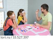 Купить «Папа и дочки дома играют в настольные игры», фото № 33527397, снято 5 апреля 2020 г. (c) Иванов Алексей / Фотобанк Лори