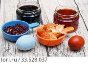 Купить «Натуральные красители для яиц. Отвар луковой шелухи и настой чая каркаде», эксклюзивное фото № 33528037, снято 30 апреля 2019 г. (c) Dmitry29 / Фотобанк Лори